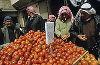 Naher Osten SYRIEN Homs, Araber auf Markt / SYRIA Homs, selling of tomatos at street bazaar