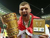19.05.2018, Football DFB-Pokal Finale 2018, FC Bayern Muenchen - Eintracht Frankfurt, Olympiastadium in Berlin. Eintracht Frankfurt gewinnt den DFB Pokal , Ante Rebic (Eintracht Frankfurt) and dem Pokal and dem Ehrung fuer Man of the Match *** Local Caption *** © pixathlon<br /> <br /> Contact: +49-40-22 63 02 60 , info@pixathlon.de