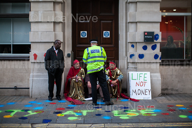 """London, 10/05/2017. Today """"Life Not Money at the LSE"""" held a demonstration outside the London School of Economics and Political Science to protest against """"the pay and conditions of the lowest paid workers at the school"""". From the organiser Facebook event page: <<Noam Chomsky has send us a message to say the campaign is """"important and courageous"""". […] The Life not Money campaign demand for a significant £100,000 cut in LSE director's pay and the money to be used improve the pay and conditions of the lowest paid workers at the school. The last director got around £500,000 while some workers get as little as £8/hour taking into account unpaid breaks. The UVW trade union campaign has exposed a trail of abuse and humiliation experienced by LSE cleaners while the schools excludes working class students so as to accept the off springs of the world's elites. Public institutions such as LSE should be accountable to the general public not a get rich quick scheme for corporate managements. This protest is part of a series of creative events involving the decorating of walls with flowers and balloons and statements. […] There have also been peaceful acts of open civil disobedience – putting washable chalk on the buildings which has led to arrests and bail conditions. […] Life not Money is a pop up public campaign to bring people together who are want to take effective and creative action on gross inequality and corruption in our public institutions […]>>. The main banner of the protest stated: """"You can imprison us but the real crime is inequality"""".<br /> <br /> For more information please click here: https://www.facebook.com/events/291063761353156/"""