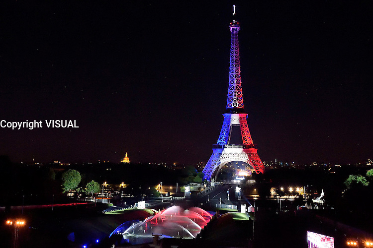 La Tour Eiffel aux couleurs du drapeau franÁais ‡ l'occasion du feu d'artifice du 14 juillet 2016 ‡ la Tour Eiffel depuis le TrocadÈro ‡ Paris, France, 14/07/2016. # FEU D'ARTIFICE DU 14 JUILLET 2016 A LA TOUR EIFFEL