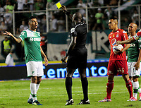 PALMIRA - COLOMBIA, 28-10-2017: Jhon Alexander Hinestroza Romaña, árbitro, muestra la tarjeta amarilla a Jefferson Duque del cali durante el partido entre el Deportivo Cali y América de Cali por la fecha 17 de la Liga Águila II 2017 jugado en el estadio Palmaseca de Cali. / Jhon Alexander Hinestroza Romaña, referee, shows the yellow card to Jefferson Duque of Cali during the match between Deportivo Cali and America de Cali for the date 17 of the Aguila League II 2017 played at Palmaseca stadium in Cali.  Photo: VizzorImage/ Nelson Rios / Cont