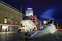 Nederland Eindhoven  2015.  Het 18 Septemberplein. Winkels in de binnenstad. Op de voorgrond de overkapping van de overdekte fietsenstalling. Foto Berlinda van Dam / Hollandse Hoogte