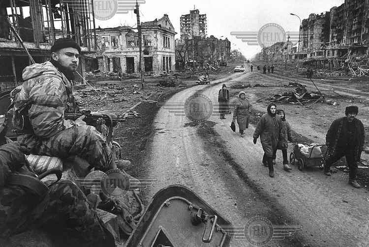 Photo and copyright Leo Erken/NL12 CIS Caucasus Chechnya Grozny 3-1995. Rusian soldier on a BTR. Citizens of Grozny came back to town to collect wat was left of their belongings. GOS Kaukasus Tsjetsjenië . Grozny. Een Russische soldaat op een BTR. Inwoners van Gozny die eerder waren gevlucht voor het oorlogsgeweld komen terug om hun eigendommen uit de puinhopen te halen. war oorlog When Russia sent troops in november 1994, a disastrous war broke out leading to the killing of many thousands of soldiers and civilians and the complete destruction of Chechnya's capital Grozny.Toen Rusland in november 1994 troepen stuurde, brak er een desastreuze oorlog uit. Het gevolg: tienduizenden doden - militairen en burgers - en de complete vernietiging van de Tsjetsjeense hoofdstad Grozny.