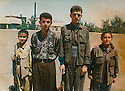 Iraq 1996.Suleimania: Two young girls and two young men of PKK. Left, Arezu, 12 years old.   Irak 1996. A Souleimania, deux fillettes et deux jeunes hommes du PKK. A gauche, Arezu, 12 ans