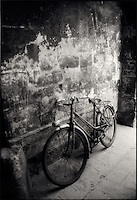 Old bicycle leaning against wall<br />
