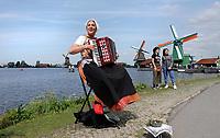 Nederland -  Zaanstad Zaanse Schans - 2019. Molens in Zaanse Schans.  Vrouw in klederdracht speelt accordeon.   Foto mag niet in negatieve / schadelijke context gepubliceerd worden.   Foto Berlinda van Dam / Hollandse Hoogte
