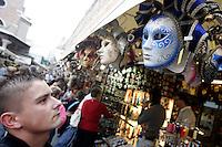 Maschere di carnevale al mercatino dei souvenir presso il Ponte di Rialto a Venezia.<br /> Carnival masks at the souvenir market of Rialto Bridge in Venice.<br /> UPDATE IMAGES PRESS/Riccardo De Luca