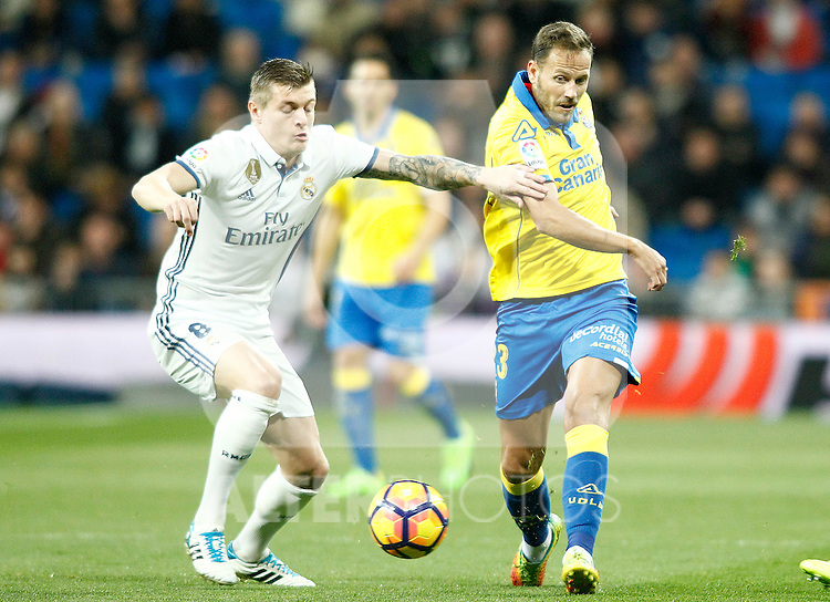 Real Madrid's Toni Kroos (l) and UD Las Palmas' Dani Castellano during La Liga match. March 1,2017. (ALTERPHOTOS/Acero)
