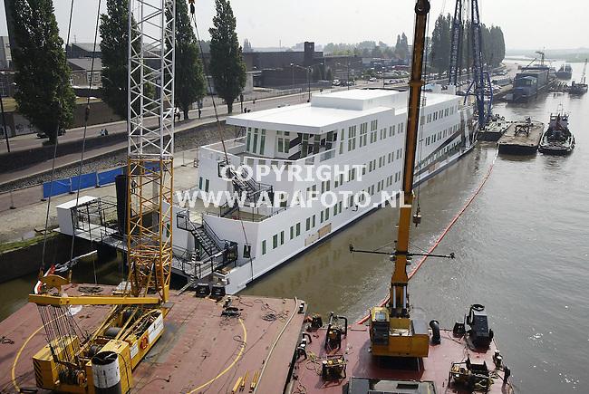 Arnhem, 100504<br />Uit de gezonken drugsboot wordt het water gepompt. In de boot zijn ispecteurs op zoek naar de oorzaak van het zinken.<br />Foto: Sjef Prins - Apa Foto