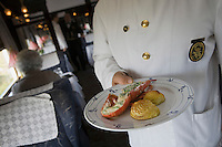 Europe/République Tchèque/Prague:A bord de l'Orient-Express Train de Luxe qui assure la liaison Calais,Paris , Prague,Venise _Homard roti au beurre de Cresson recette de Christian Bodiguel Chef Cuisinier de l'Orient-Express [Non destiné à un usage publicitaire - Not intended for an advertising use]