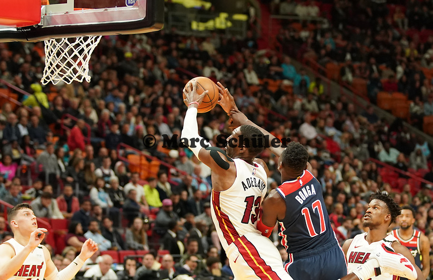 Isaac Bonga (G/F, Washington Wizards, #17) verteidigt gegen Bam Adebayo (C/F Miami Heat, #13) - 22.01.2020: Miami Heat vs. Washington Wizards, American Airlines Arena