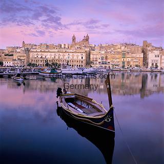 Malta, Senglea: Morgendaemmerung ueberm Hafen, ein Dghajsa (Wasser-Taxi) im Vordergrund | Malta, Senglea: Dawn over harbour with Dghajsa (Water Taxi)