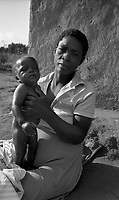 Chimoio / Mozambique 1993.Scena di vita quotidiana in un villaggio. Donna con bambino - Woman with her child..Photo Livio Senigalliesi