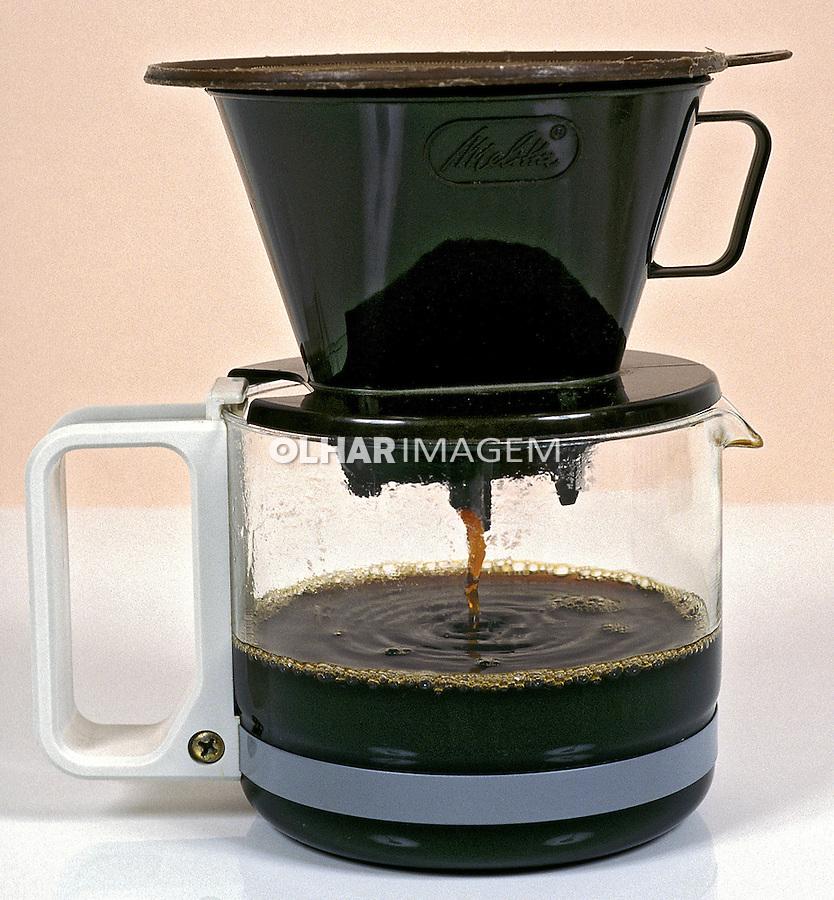 Cafeteira com café coando. Foto de Thais Falcão.