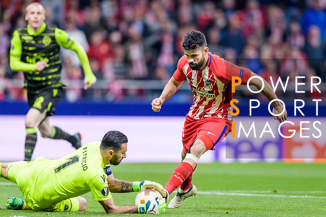 Goalkeeper Rui Patricio of Sporting CP (L) reaches for the ball after an attempt at goal by Diego Costa of Atletico de Madrid (R) during the UEFA Europa League quarter final leg one match between Atletico Madrid and Sporting CP at Wanda Metropolitano on April 5, 2018 in Madrid, Spain. Photo by Diego Souto / Power Sport Images