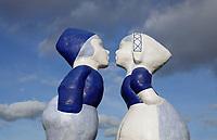 Nederland - Amsterdam - 2020. Westelijk Havengebied. Kissing Couple XXXL van de kunstenaar Saske van der Eerden. Foto : ANP/ Hollandse Hoogte / Berlinda van Dam