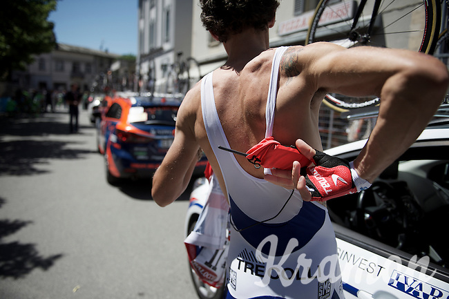unlike 'bigger teams' Franco Pellizotti's (ITA/Androni Giocattoli-Sidermec) kit doesn't have a designated race radio pocket, so he has to attach a handkerchief to his trunks that will carry the radio.<br /> <br /> stage 17: Tirano - Lugano (SUI) (134km)<br /> 2015 Giro d'Italia