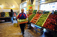 Discount di frutta e verdura gestito da immigrati egiziani. Discount of fruit and vegetables maintained by Egyptian immigrants.Amin...