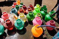 INDIA Tamil Nadu Dindigul, people fetch drinking water from pump / INDIEN Tamil Nadu, Dindigul , Wasserversorgung