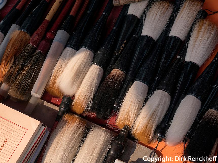 Kalligraphie-Pinsel auf Panjiayuan Antikmarkt, Peking, China, Asien<br /> calligraphy brushes at Panjiayuan antique market, Beijing, China, Asia