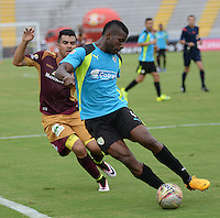 IBAGUE -COLOMBIA-17-ABRIL-2016. José Otálvaro del Tolima disputa el balón  contra Flavio Córdoba de  La Equidad  durante partido por la fecha 13 de Liga Águila I 2016 jugado en el estadio Manuel Murillo Toro de Ibagué./ José Otálvaro player of Tolima fights the ball   against Flavio Córdoba of La Equidad during the match for the date 13 of the Aguila League I 2016 played atManuel Murillo Toro stadium in Ibague. Photo: VizzorImage / Juan Carlos Escobar / Contribuidor