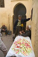 Afrique/Afrique du Nord/Maroc/Fèz: Dans la médina de Fèz-El-Bali détail d'un étal de confiseries dans le souk