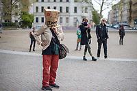 """Mit einer Protestaktion """"Trauerfeier fuer die Demokratie"""" protestierte am Sonntag den 26. April 2020 auf dem Berliner Mariannenplatz in Kreuzberg eine """"Aktion Eigensinn"""" gegen die Einschraenkungen im Zuge der Massnahmen zur Eindaemmung der Covid-19-Pandemie. Sie stellten einen Holzsarg auf forderten anwesende Menschen auf Plakate und Schilder abzulegen und Reden ueber die momentane Corona-Krisensituation zu halten. Bei diesen Reden wurden von Teilnehmern zum Teil Verschwoerungstheorien verbreitet, so sei z.B. die Krise ein lange vorbereiteter Plan der Regierenden und Freiheitsrechte einzuschraenken.<br /> Im Bild: Eine Demonstrantin hat sich eine Papiertuete aufgesetzt, auf die sie """"Wake up - There is no Covid"""" geschrieben hat.<br /> 26.4.2020, Berlin<br /> Copyright: Christian-Ditsch.de<br /> [NUR FUER REDAKTIONELLE ZWECKE! Werbung nur auf Anfrage beim Fotografen. Inhaltsveraendernde Manipulation des Fotos nur nach ausdruecklicher Genehmigung des Fotografen. Vereinbarungen ueber Abtretung von Persoenlichkeitsrechten/Model Release der abgebildeten Person/Personen liegen nicht vor. NO MODEL RELEASE! Don't publish without copyright Christian-Ditsch.de, Veroeffentlichung nur mit Fotografennennung, sowie gegen Honorar, MwSt. und Beleg. Konto: I N G - D i B a, IBAN DE58500105175400192269, BIC INGDDEFFXXX, Kontakt: post@christian-ditsch.de<br /> Bei der Bearbeitung der Dateiinformationen darf die Urheberkennzeichnung in den EXIF- und  IPTC-Daten nicht entfernt werden, diese sind in digitalen Medien nach §95c UrhG rechtlich geschuetzt. Der Urhebervermerk wird gemaess §13 UrhG verlangt.]"""