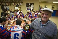 Europe/France/Aquitaine/40/Landes/Gabarret: Troisième mi-temps de l'équipe de Rugby ,lors d'une 'Carcassade, carcasses et croupions des canards  cuits à la braise au siège du club de rugby,le plus vieux joueur du club et sa fiole d'armagnac