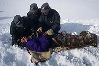 Forestali mentre soccorrono una vittima della valanga.Forestry while helping a victim of the avalanche..