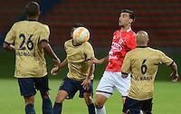 RIONEGRO -COLOMBIA-13-08-2015. Juan Perez (Izq) jugador de Águilas Doradas de Colombia disputa el balón con Wilber Huaynacari (Der) jugador de Unión Comercio de Perú en partido de primera fase, llave G5, por la Copa Sudamericana 2015 jugado en el estadio Alberto Grisales de Rionegro./ Juan Perez (L) player of Aguilas Doradas of Colombia vies for the ball with Wilber Huaynacari (R) player of Union Comercio of Peru in match of the first phase, key G5, for the Copa Sudamericana 2015 played at Alberto Grisales stadium in Rionegro.  Photo:VizzorImage/ León Monsalve /