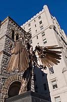 Amérique/Amérique du Nord/Canada/Québec/Montréal: rue Sherbrooke ouest - Sculpture en bronze de l'artiste montréalais David Altmejd: L'Oeil et Musée des beaux-arts de Montréal:  l' église Erskine and American. a étée transformée en pavillon d'art canadien, rue Sherbrooke