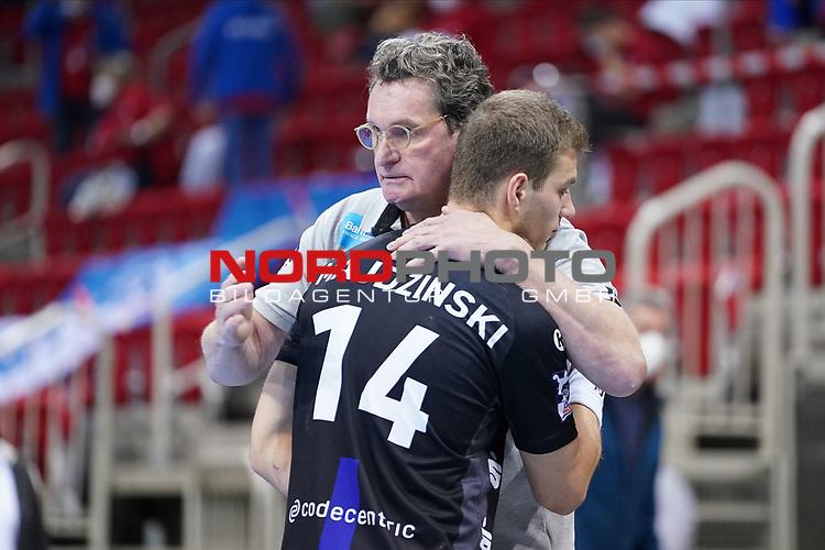 21.11.2020, ISS Dome, Duesseldorf,  GER, 1. HBL. Herren, BHC vs. Fuechse Berlin, <br /><br />im Bild / picture shows: <br />Maciej Majdziński (BHC #14),    ist traurig nach Ende des Spiels und Jörg / Joerg Föste / Foeste Geschaeftsfuehrer Sport (BHC), troestet ihn <br /><br />Foto © nordphoto / Meuter