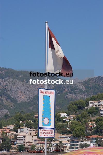 Flag and sign for navigation and swimmers at the Repic beach<br /> <br /> Bandera y letrero para navegación and nadadores en la Playa Repic<br /> <br /> Fahne und Schild für Schifffahrt und Schwimmer am Repic Strand<br /> <br /> 3008 x 2000 px<br /> 150 dpi: 50,94 x 33,87 cm<br /> 300 dpi: 25,47 x 16,93 cm
