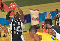 BUCARAMANGA -COLOMBIA, 25-03-2013. Jeff Jahnbulleh de Piratas lanza  para anotar en partido de la décimanovena  fecha de la Liga DirecTV de baloncesto profesional colombiano disputado en la ciudad de Bucaramanga./  Jeff Jahnbulleh of Piratas throws the ball in game of the nineteenth date of the DirecTV League of professional Basketball of Colombia at Bucaramanga city. Photo:VizzorImage / Jaime Moreno / STR