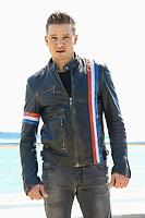 Jeremie Renner pose lors du photocall de KNIGHTFALL pendant le MIPTV a Cannes, le mardi 4 avril 2017.