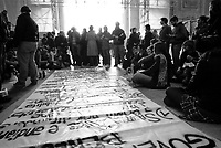 milano, mobilitazione degli studenti in stazione centrale per ottenere un treno a prezzo politico con cui andare a roma alla manifestazione nazionale contro la riforma dell'istruzione  --- milan, students in central station asking for a train to rome at subsidized price, in order to participate at the national demonstration against the school reform