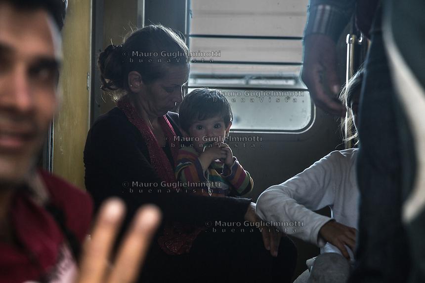 interno di un treno di migranti interior of a train of migrants donna con bambino in braccio