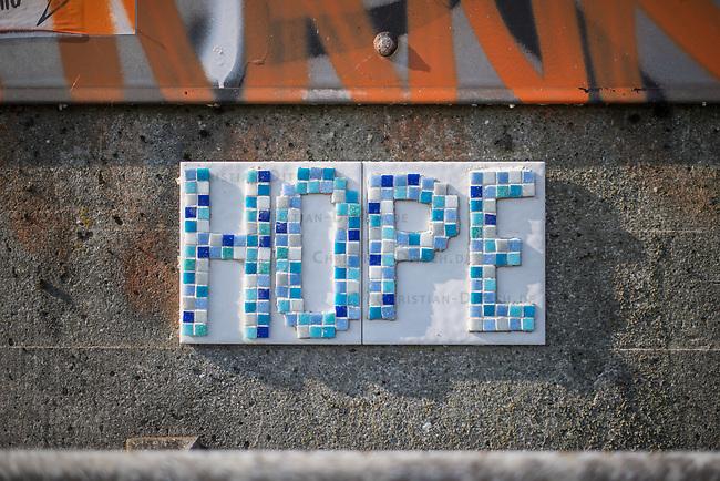 """Streetart in Hamburg.<br /> Unbekannte haben im Hamburger Hafen aus Mosaiksteinen und Kacheln das Wort """"Hope"""" (Hoffung) an einen ehemaligen Speicher geklebt.<br /> 9.5.2020, Hamburg<br /> Copyright: Christian-Ditsch.de<br /> [NUR FUER REDAKTIONELLE ZWECKE! Werbung nur auf Anfrage beim Fotografen.Inhaltsveraendernde Manipulation des Fotos nur nach ausdruecklicher Genehmigung des Fotografen. Vereinbarungen ueber Abtretung von Persoenlichkeitsrechten/Model Release der abgebildeten Person/Personen liegen nicht vor. NO MODEL RELEASE! Don't publish without copyright Christian-Ditsch.de, Veroeffentlichung nur mit Fotografennennung, sowie gegen Honorar, MwSt. und Beleg. Konto: I N G - D i B a, IBAN DE58500105175400192269, BIC INGDDEFFXXX, Kontakt: post@christian-ditsch.de<br /> Bei der Bearbeitung der Dateiinformationen darf die Urheberkennzeichnung in den EXIF- und  IPTC-Daten nicht entfernt werden, diese sind in digitalen Medien nach §95c UrhG rechtlich geschuetzt. Der Urhebervermerk wird gemaess §13 UrhG verlangt.]"""