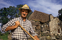 Europe/France/Auvergne/43/Haute-Loire/Mondeyres : Agriculteur devant une ferme au toit de chaume [Non destiné à un usage publicitaire - Not intended for an advertising use]<br />  PHOTO D'ARCHIVES // ARCHIVAL IMAGES<br /> FRANCE 1990