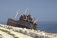 - Isola di Pellestrina (Chioggia), il relitto di una nave incagliata sulla diga foranea<br /> <br /> - Island of Pellestrina (Chioggia), the wreck of a ship stranded on the breakwater