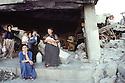 Irak 1991  A Kala Diza, une famille dans leur maison dynamitée   Iraq 1991  A family in Kala Diza with the house in ruins