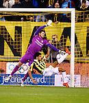 Nederland, Arnhem, 18 december 2015<br /> Eredivisie<br /> Seizoen 2015-2016<br /> Vitesse-FC Twente<br /> Joel Drommel, keeper (doelman) van FC Twente grijpt mis bij een omhaal van Dominic Solanke