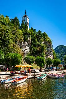 Oesterreich, Oberoesterreich, Salzkammergut, Traunkirchen am Traunsee: Bootsvermietung und Johannesbergkapelle | Austria, Upper Austria, Salzkammergut, Traunkirchen at Lake Traun: boat rental and Johannesberg chapel