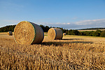 Europa, DEU, Deutschland, Rheinland-Pfalz, Hintertaunus, Westlicher Hintertaunus, Spaetsommer, Agrarlandschaft, Getreidefeld nach der Getreideernte, Strohballen, Landwirtschaft, Landwirtschaftlich, Agrar, Agrarwirtschaft, Wetter, Wetterelemente, Wetterlage, Wetterkunde, Witterung, Witterungsbedingungen, Wettererscheinungen, Meteorologie, Wettervorhersage, <br /> <br /> [Fuer die Nutzung gelten die jeweils gueltigen Allgemeinen Liefer-und Geschaeftsbedingungen. Nutzung nur gegen Verwendungsmeldung und Nachweis. Download der AGB unter http://www.image-box.com oder werden auf Anfrage zugesendet. Freigabe ist vorher erforderlich. Jede Nutzung des Fotos ist honorarpflichtig gemaess derzeit gueltiger MFM Liste - Kontakt, Uwe Schmid-Fotografie, Duisburg, Tel. (+49).2065.677997, ..archiv@image-box.com, www.image-box.com]