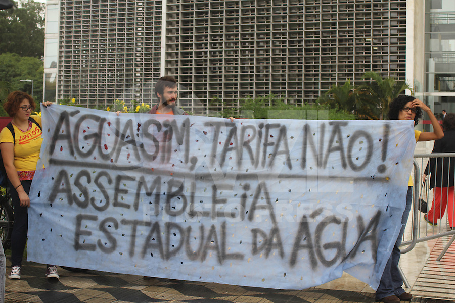 SAO PAULO, SP - 05.02.2015 - ATO PUBLICO SOBRE FALTA DE AGUA - Movimento Rua e Juntos realizam ato contra a falta de água em São Paulo. Os manifestante se juntaram em frente a Assembleia Legislativa do Est. de São Paulo na tarde desta quinta-feira (05) na zona sul da capital paulista. <br /> <br /> (Foto: Fabricio Bomjardim / Brazil Photo Press)