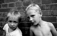 BITTERFELD / GERMANIA EST / DDR - 1990.BAMBINI NEI PRESSI DI UNA FABBRICA. BITTERFELD ERA UNO DEI CENTRI INDUSTRIALI PIU' IMPORTANTI DELLA DDR. I GRANDI IMPIANTI CHIMICI E LA MINIERA DI LIGNITE PROVOCAVANO UN ALTISSIMO TASSO D'INQUINAMENTO CHE PRODUCEVA PESANTI DANNI ALLA SALUTE DELLA POPOLAZIONE..FOTO LIVIO SENIGALLIESI..BITTERFELD / EAST GERMANY / DDR - 1990.Children playing near factories. During the GDR years, it gained notoriety for its chemical industry complex which caused remarkably severe pollution, even by GDR standards. .Photo Livio Senigalliesi.