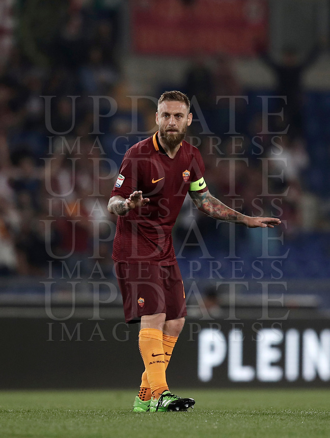 Calcio, Serie A: Roma, stadio Olimpico, 14 maggio 2017.<br /> AS Roma's Daniele De Rossi celebrates after scoring during the Italian Serie A football match between AS Roma and Juventus at Rome's Olympic stadium, May 14, 2017.<br /> UPDATE IMAGES PRESS/Isabella Bonotto