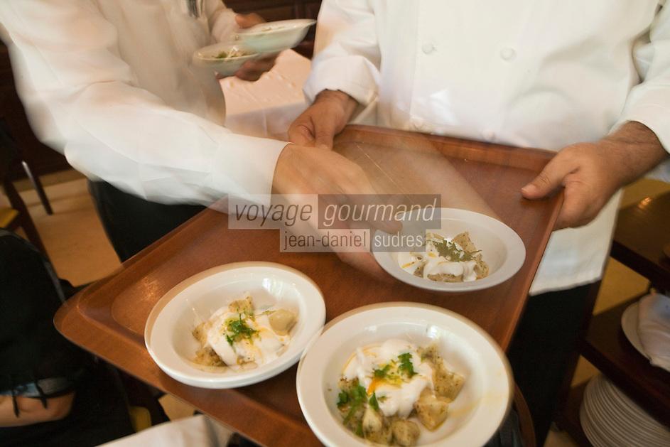Europe/Turquie/Istanbul :  Service des mezzes au restaurant  Hunkar qui pratique une cuisine turque de famille, Quartier Orkatoy