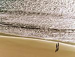 Spanien, Kanarische Inseln, Fuerteventura, Playa de Sotavento, Paar spaziert am Strand | Spain, Canary Island, Fuerteventura, Playa de Sotavento, couple walking the beach