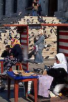 Türkei, Taubenfüttern bei der Yeni Valide Camii (Moschee) in Istanbul